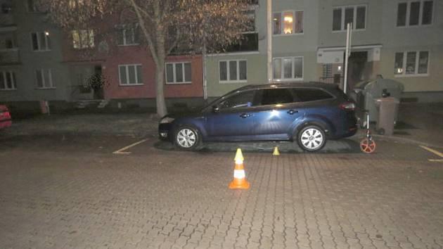 Řidiči vběhl chlapec pod kola auta, šofér pak ale odjel. Na snímku místo dopravní nehody.