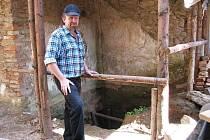 KASTELÁN HRADU HARTENBERG Bedřich Loos ukazuje místo, kde budou letos archeologové pokračovat ve výzkumné práci.