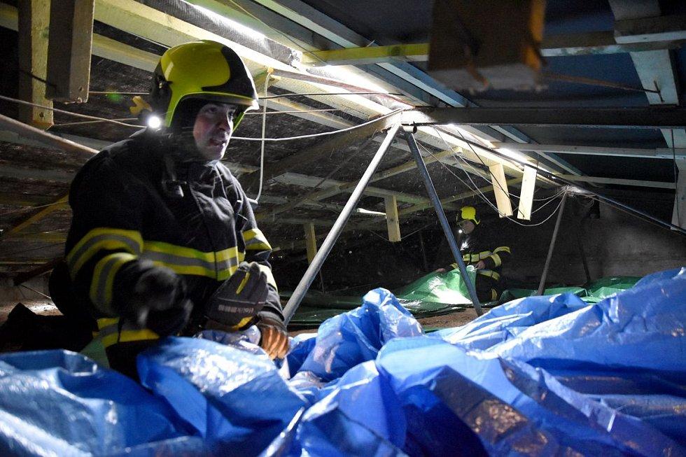 V Horním Slavkově porušil vítr střechu objektu.