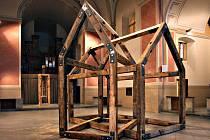Formou i obsahem navazují Stopy zmizelého na fascinující Fialovu výstavu Můj dům – tvůj dům v roce 2010