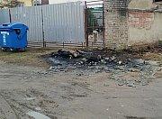Dvojice mužů zapálila zastávku a kontejnery.