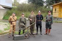 SLAVNOSTNÍ zahájení prvního Vojenského jara. Organizátoři na sebe oblékli dobové uniformy.