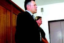 Před Okresním soudem v Sokolově stanuli dnes dopoledne bývalý ekonom Václav Pursch a pokladní Blanka Prokešová
