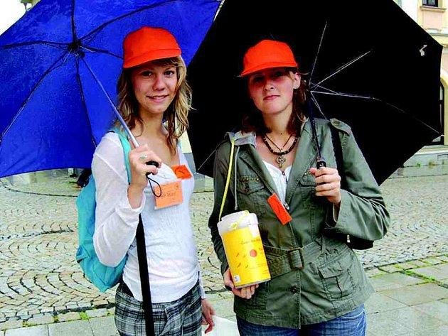 V Chodově do ulici vyšli studenti zdejší střední odborné školy ekonomické.