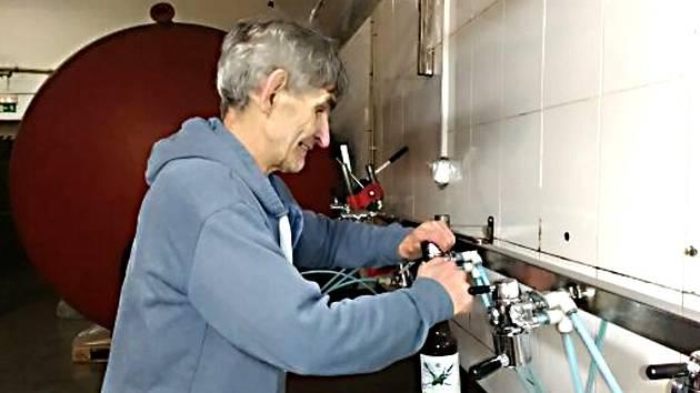 JAN VINCENT našel i se svým handicapem práci v Kynšperském pivovaru, kde stáčí například limonády.