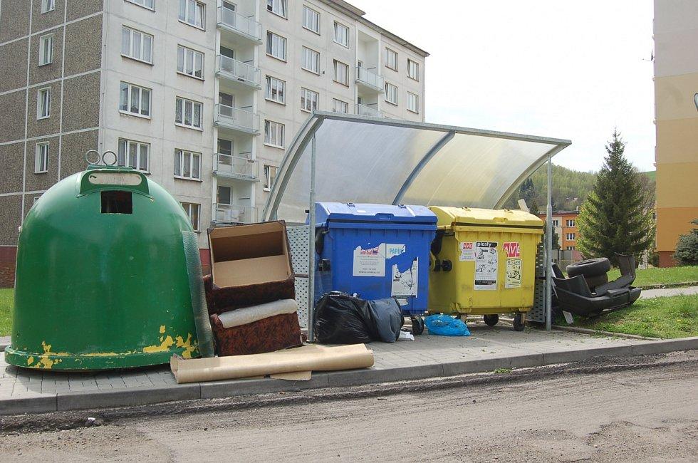 Technické služby musely likvidovat černou skládku i v ulici Boženy Němcové.