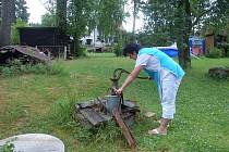 V HORSKÝCH VESNICÍCH v Krušných horách vysychají studny. Například Stříbrná už vydala zákaz napouštění bazénů a zalévání zahrad.