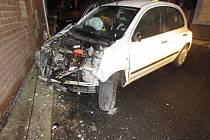 Osmnáctiletá řidička vjela v Kraslicích hned do dvou rodinných domů