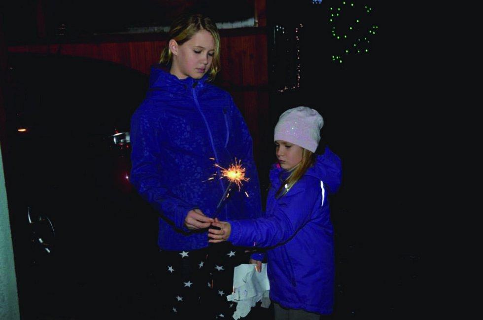 PRSKAVKY a pyrotechnika bývají fascinující podívanou především pro děti. Takhle si jí užívala děvčata v Chotíkově u Kynšperka nad Ohří. Foto: Kateřina Cekovová