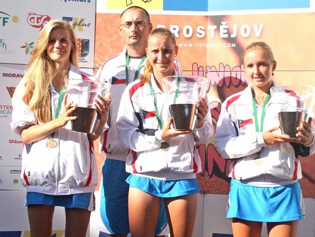 Markéta Vondroušová (uprostřed) s českým dívčím družstvem na mistrovství světa družstev do 14 let v Prostějově