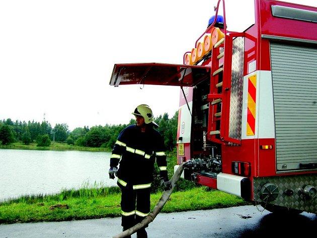 Hasiči doplňují vodu pro chlazení havárie ve Sklárně v Novém Sedle.