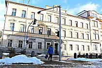 BUDOVA BÝVALÉ radnice je jedním z chátrajících objektů, které město koupilo. Menší snímek v textu ukazuje, jak by mohl objekt vypadat po rekonstrukci.