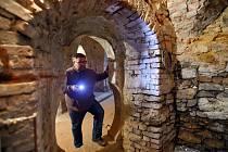 ZÁMECKÉ SKLEPENÍ. Ředitel sokolovského muzea Michael Rund v jednom ze sklepů, kde byly nápisy objeveny.