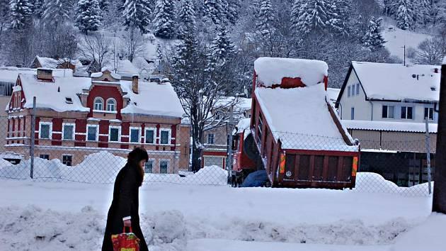 ZAPADANÉ KRASLICE. Kvůli enormnímu sněžení začalo město odvážet tuny sněhu. V ulicích operují od včerejška čtyři nakladače. Nákladní auta pak sváží sníh na dvě speciální odkladiště.