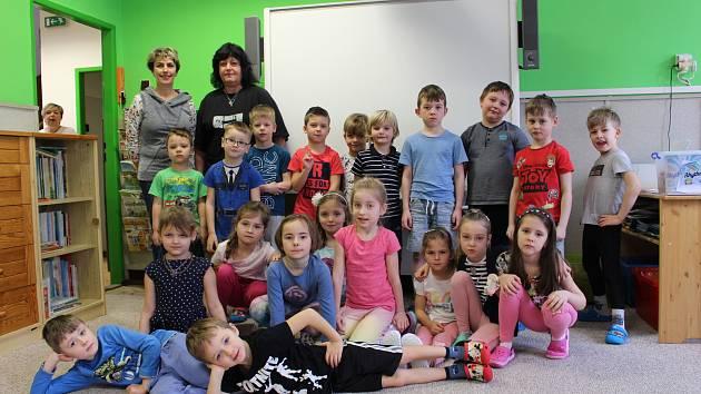 Malí školáci ze sokolovské mateřinky v ulici K.H.Borovského.