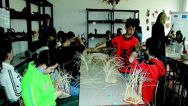 Děti se v Domě dětí a mládeže v Sokolově učily plést košíky