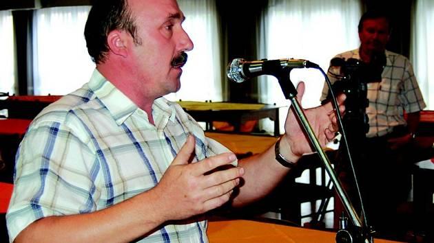 Veřejné debaty v kulturním domě se zúčastnily dvě desítky občanů.
