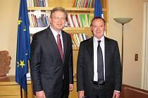 ČESKÝ EUROKOMISAŘ Štefan Füle (vlevo) se v Paříži setkal se senátorem a předsedou pro evropské záležitosti Simonem Sutourem (vpravo).