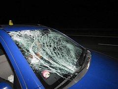 Z nákladního auta odlétl kus ledu, který poškodil sklo osobního vozu.