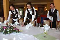 OBĚD PRO PREZIDENTA. Včera poobědval Miloš Zeman a jeho hosté tříchodové menu. Na snímku jsou poslední přípravy slavnostní tabule před příjezdem hlavy státu.