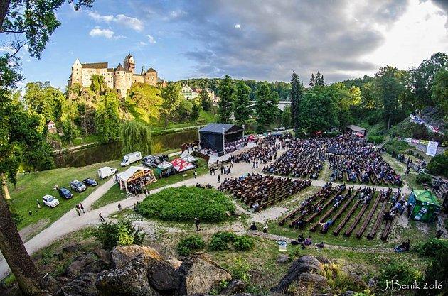 Akce kulturního léta probíhají v přírodním amfiteátru pod hradem Loket.