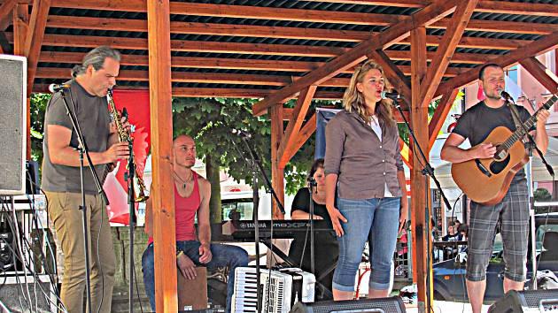 Na Malé scéně na loketském náměstí zahrála a zazpívala i chodovská folková kapela Netřísk.