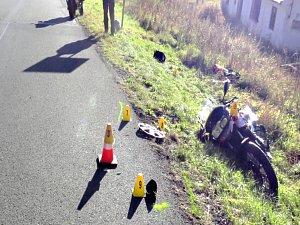 Řidič usnul a srazil motorkářku, bezvládně zůstala ležet v příkopu.
