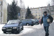 Na bukovanském sídlišti jsou některá místa určená pro vyhrazené parkování. Nyní lidé volají po navýšení těch pro volné stání.
