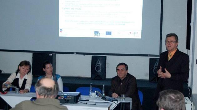 DISKUSE NA TÉMA Dopady finanční krize na Kraslicko se zúčastnili místní podnikatelé. Například Jan Martínek z Ministerstva průmyslu a obchodu (na snímku vpravo) vysvětloval, jakou mají firmy šanci získat peníze ze strukturálních fondů.
