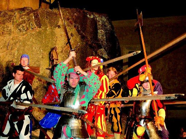 Ozbrojení ryříti dobyli hrad v Lokti.