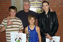 Boxeři TJ Baník Sokolov, zleva: Petr Borský, trenér Jan Malý, René Hejda a Filip Coufal