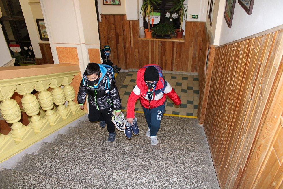 Do lavic se opět vrátili žáci prvních a druhých tříd.
