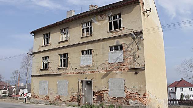 Vybydlený a chátrající dům nedaleko vlakového nádraží v Chodově čeká demolice.
