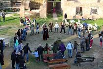LIDÉ na Hartenbergu slavili svátek Beltaine, tradiční mučení čarodějnic neproběhlo.