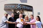 Vedení města s majitelem pivovaru na první ochutnávce letošního Horňáku