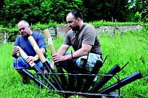 Na soutěž ohňostrojů se už celé týdny připravují odpalovači z Kraslic. Na snímku si techniku kontrolovali Tomáš Cvek (vlevo) a Marian Horvath.