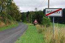Značka za cedulí Počátky upozorňuje řidiče na to, že v úseku dlouhém 6 kilometrů je čekají na vozovce nerovnosti