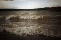 Vítr rozbouřil jezero Medard u Sokolova. Medard je jezero vzniklé na bývalé lomové lokalitě Medard–Libík u Sokolova.