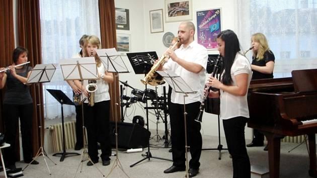ZUŠ Kynšperk kromě vánočních trhů pořádá i sérii adventních koncertů jak interních, tak například pro místní seniory.