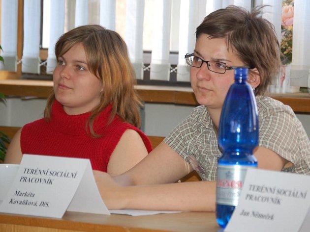 Terénním sociálním pracovníkem Člověka v tísni v Chodově je Markéta Kavalíková (vpravo).