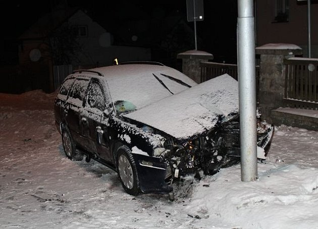 Opilý řidič narazil do plotu a lampy.
