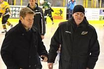 Ladislav Sedláček (vlavo) spolu s manažerem HC Baník Sokolov Jaromírem Carvanem po přestávkovém předávání cen vítězům divácké soutěže