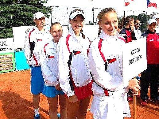 ROK 2013. Markéta Vondroušová jako reprezentantka České republiky (s cedulí) přispěla výrazně k prvenství našich mladých tenistek na neoficiálním mistrovství Evropy hráček do 14 let.