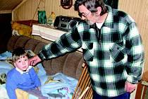 Milan Irman ukazuje, kde spí tříletý Jakub. Na noc ho musí teple oblékat.