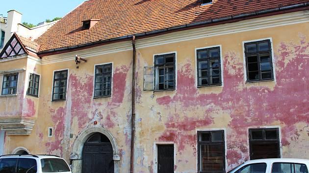 Dům č. 6 v památkové zóně v Horním Slavkově město odkoupilo   a pustí se do jeho záchrany.