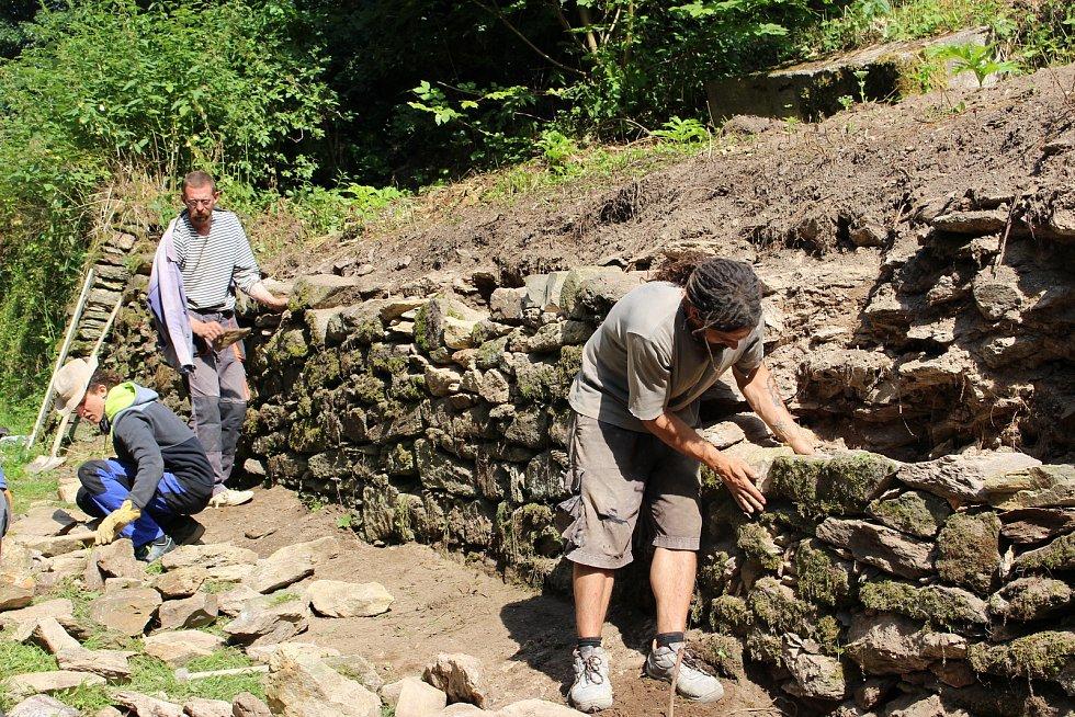 Dobrovolníci z různých zemí světa přijeli i letos pomoci s obnovou hradu Hartenberg.