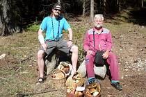 HOUBAŘSKÝMI úlovky se redakci Sokolovského deníku pochlubil Jindřich Svatoš se svým otcem. Našli pět plných košů hub.