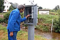 Meteostanice nemůže odesílat důležitá data o počasí. Na vině je slabý signál. Na snímku je provozovatel stanice Rudolf Kovařík u limnigrafu, který sleduje hladinu řeky.