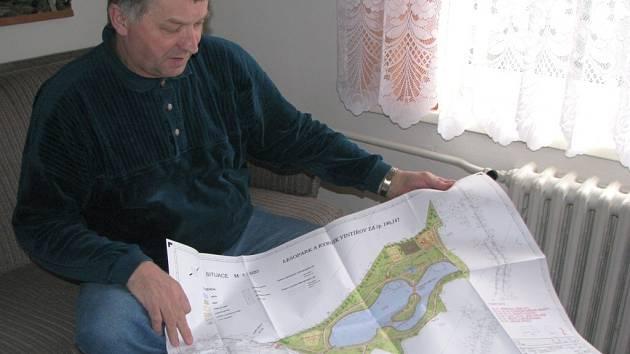 REVITALIZACE. Starosta Vintířova Jiří Ošecký ukazuje projekt, který by měl z nevzhledné krajiny udělat lesopark, kam budou moci lidé vyrazit za sportem i odpočinkem.