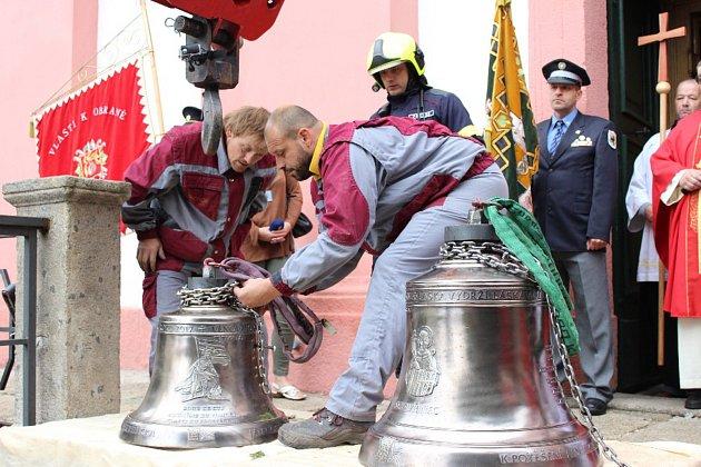 Zvony jsou zpět ve věži kostela, složili se občané ihasiči.